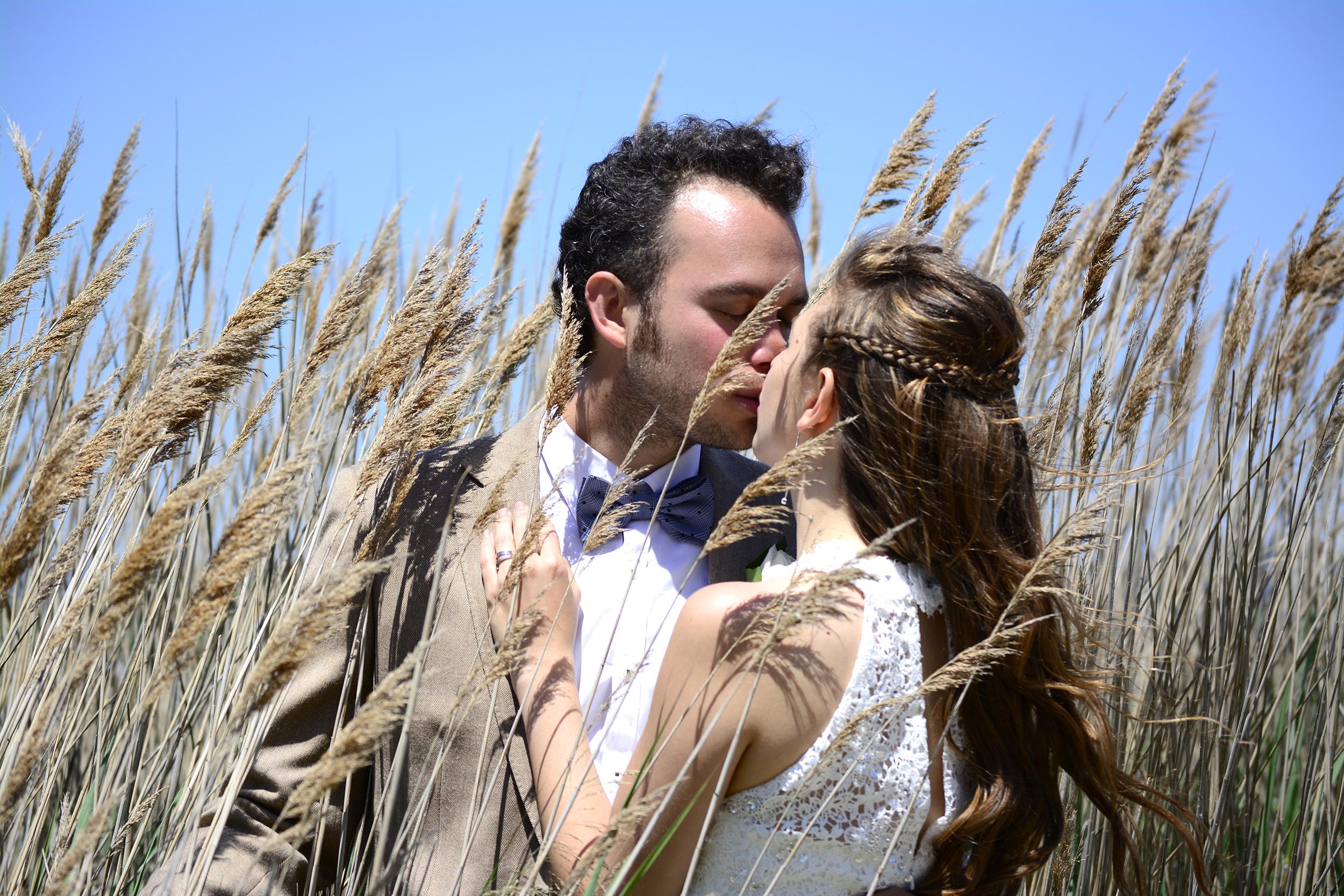 Fotografías de la boda realizada en el Camping Delfín Verde, con su ceremonia  celebrada en la playa de La Fonollera de Torroella de Montgri, cerca de la Gola de Ter y delante de Les Illes Formigues.
